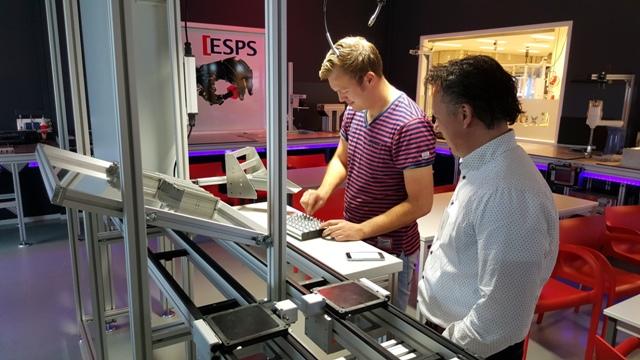 Productie met manuele productiesystemen ervaren tijdens workshop Bosch Rexroth in het Robotics Experience Center