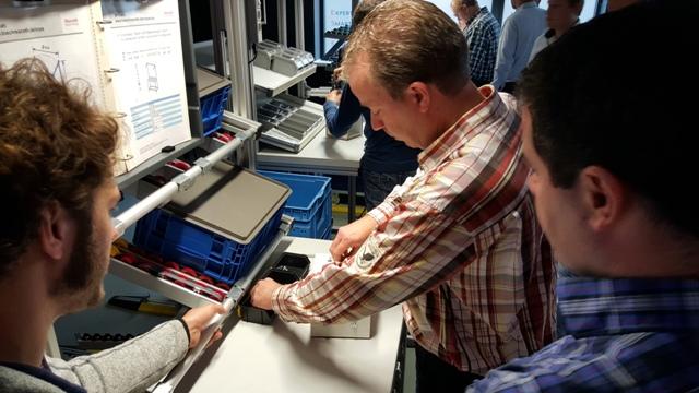 Het gebruik van manuele productiesytemen in productie tijdens workhop Bosch Rexroth in het Robotics Experience Center