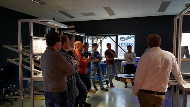 Aandachtige toehoorders bij workshop Bosch Rexroth in het Robotics Experience Center